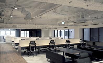 灰白色调办公家具构建出的沉静氛围